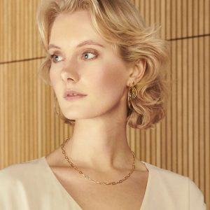 Lady wearing gold esther chain necklace by Pernille Corydon